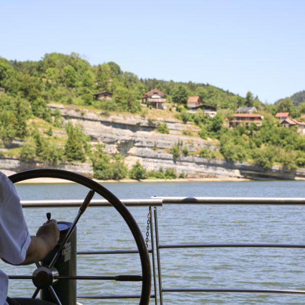 Bassins du Doubs, rivière bateaux saut du Doubs vallée falaises Pays Horloger