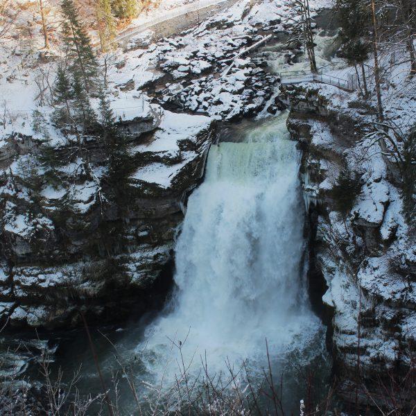 saut du doubs hiver cascade neige pays horloger