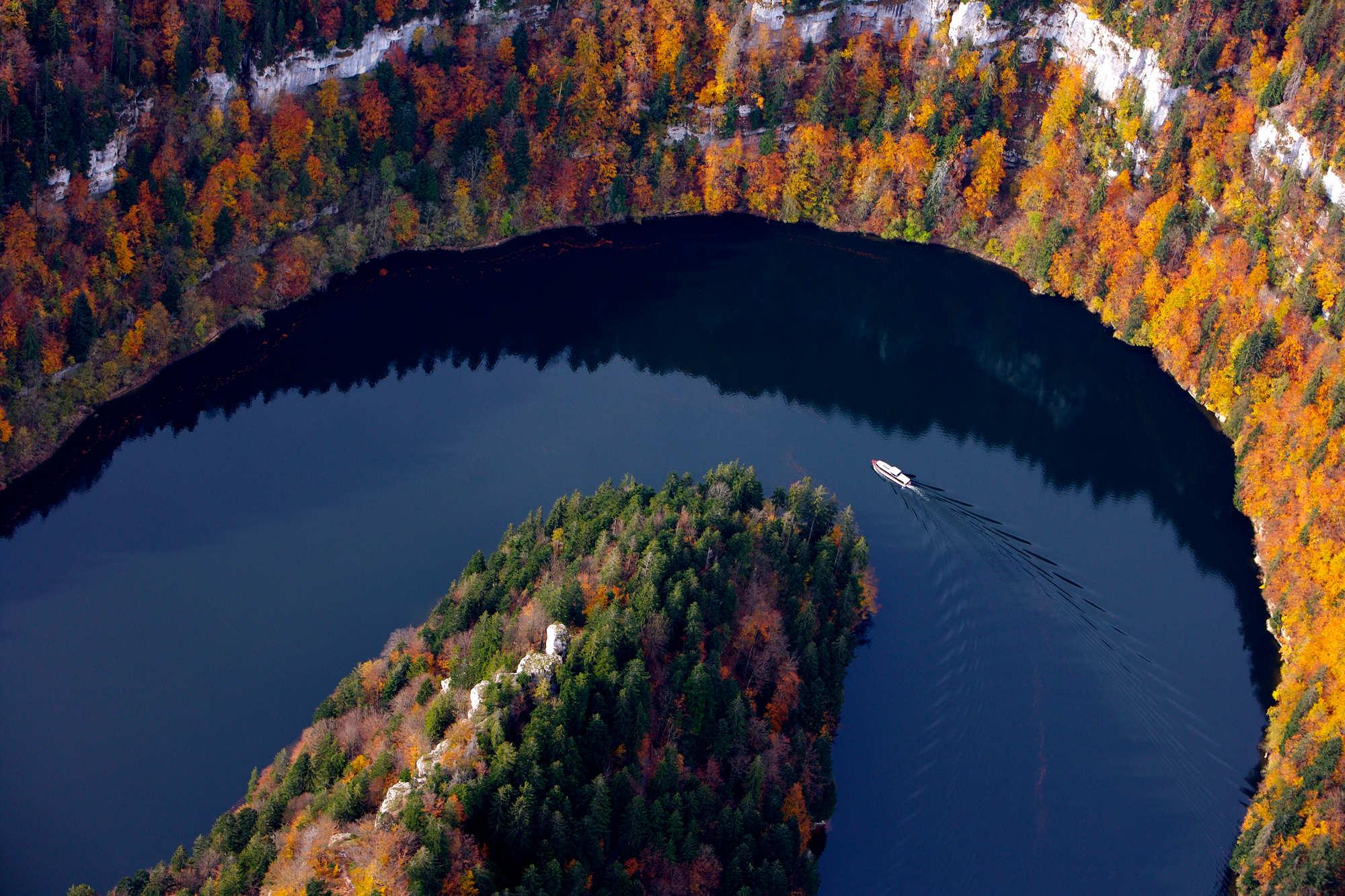 saut du doubs automne, bassins, bateau falaises doubs jura pays horloger